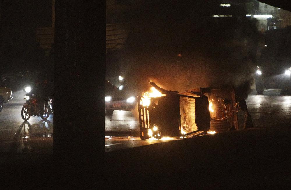 V ulicích Káhiry ležela převrácená hořící auta.