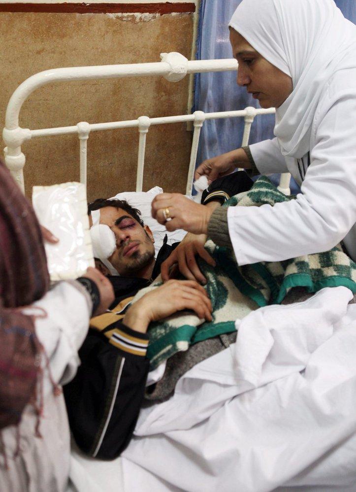 Sestra pečuje o zraněného demonstranta v káhirské nemocnici.
