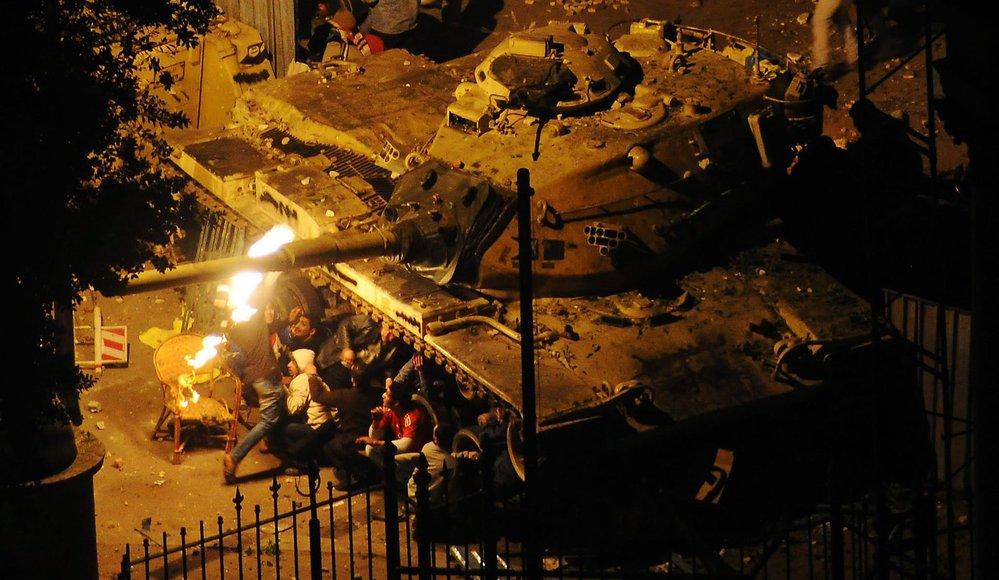 V Káhiře létají vzduchem zápalné láhve.