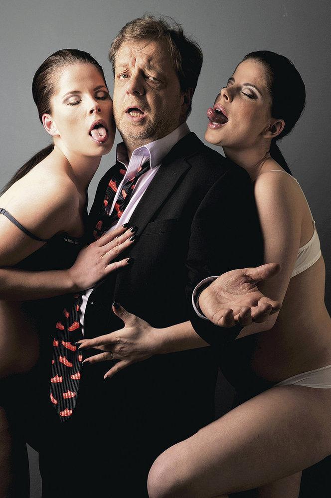 Šteindler a holky s piercingem v jazyku a rukama v jeho rozkroku