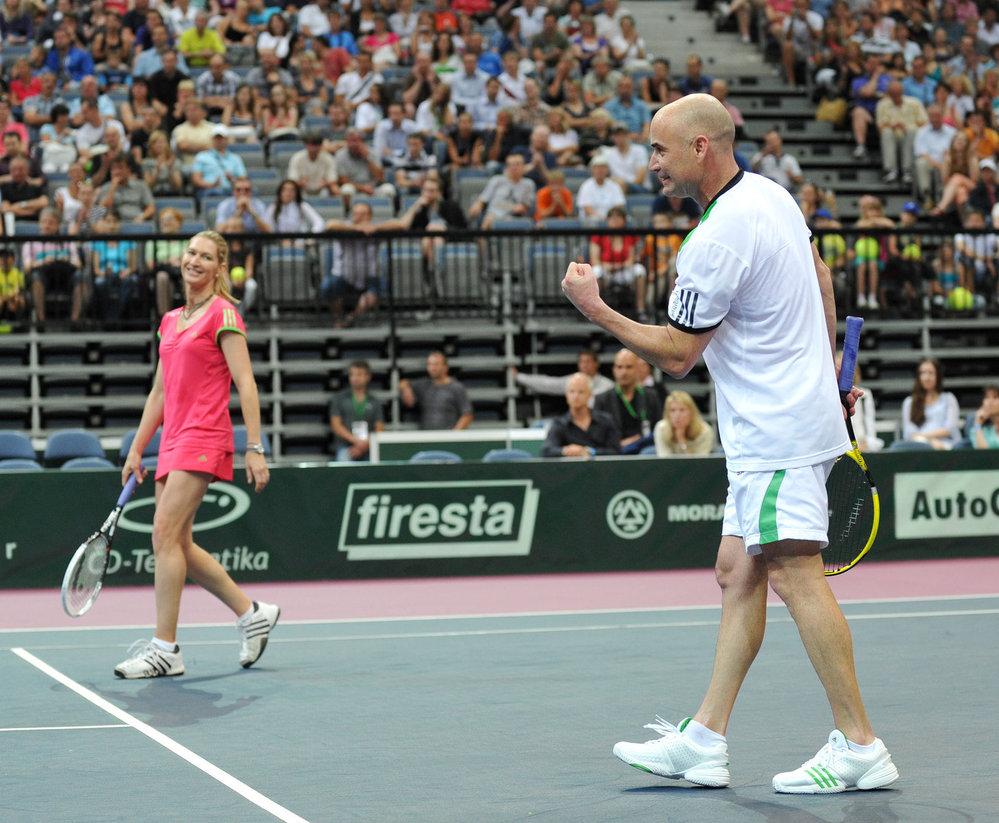 Skvěle! Agassi povzbuzuje svoji ženu Steffi při jednom z míčků (rok 2011).