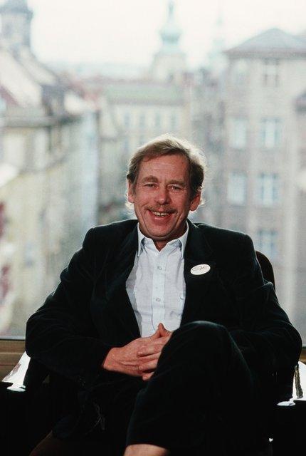 Václav Havel byl krátkými kalhotami pověstný. Snad by se tomuhle způsobu vzpomínky zasmál.