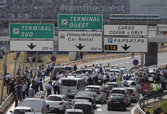 Bouřlivé demonstrace řidičů taxíků ve Francii: Šoféři protestují proti konkurenční firmě Uber