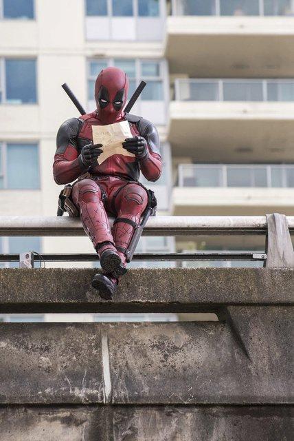 Deadpool při četbě své oblíbené stránky Reflexu.
