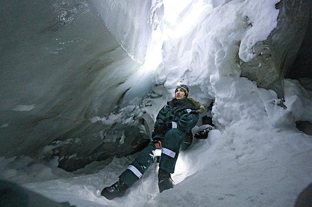 V polárních oblastech se Marie slaňuje do ledových jeskyní.
