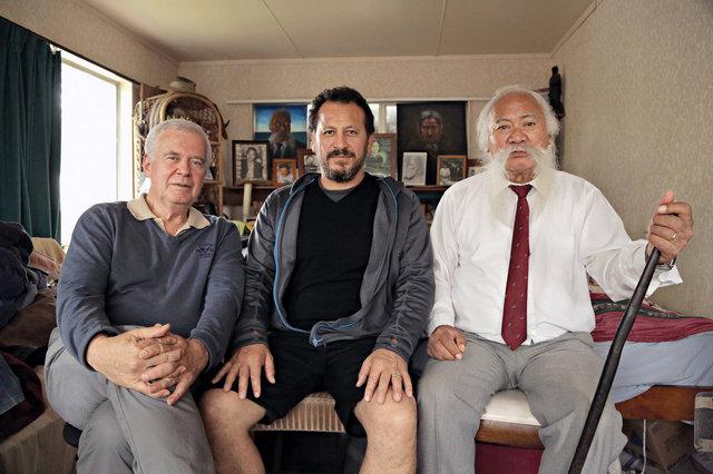 Michael Havas při natáčení dokumentu o maorských veteránech druhé světové války. Vpravo Wiremu Williams, který se zúčastnil bojů, uprostřed Julian Arahanga, spoluautor.