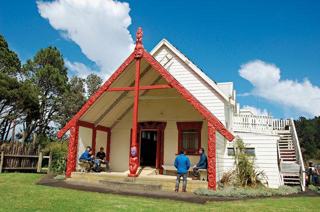 Matatina Marae – meeting house na okraji Waipoua Forest, který vybudoval Ned Nathan, maorský voják a hlavní postava Havasova prvního filmu Once Upon an Island.