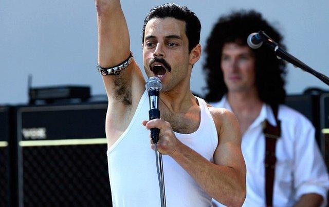 Bohemian Rhapsody. Na celovečerní film by vydala už jen anabáze, jež vznik životopisu Freddieho Mercuryho provázela - počínaje výměnami režisérů uprostřed procesu, konče dramatickými odchody herců z titulní role
