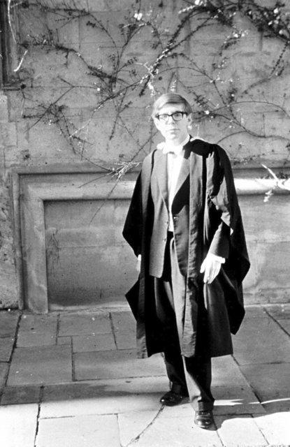 Stephen Hawking při promoci na Oxfordu