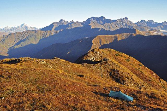 Mladá žena si libuje  v osamělých pobytech v horách