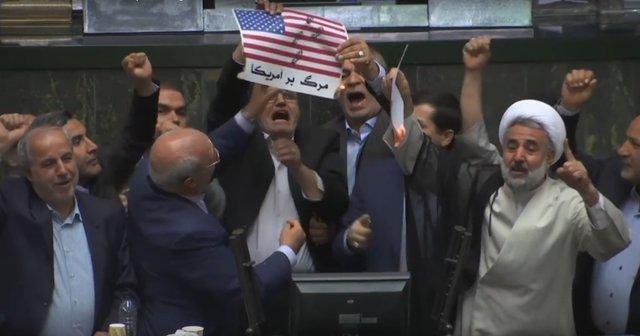 Americká vlajka v íránském parlamentu chvíli před zapálením