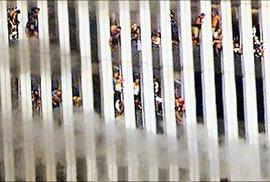 Osud těchto lidí byl zpečetěn. Kdo se nevrhl do děsivé hloubky, za chvíli zemřel v troskách dvojčat...