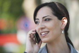 Mohou mobilní telefony vyvolávat rakovinu? Nová velká studie říká, že ano. Má to ale háček