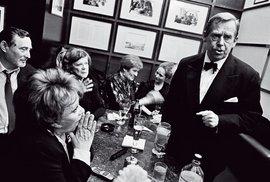 leden 2003 – Havel sJiřinou Bohdalovou adalšími herci vkavárně Slavia vPraze popředstavení vNárodním divadle
