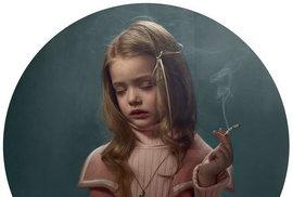 Děti s cigárem? Belgická fotografka bojuje se zákazem kouření v restauracích