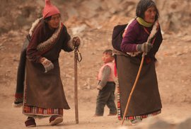 Starší Tibeťané na cestě do kláštera