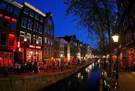 Pohled na amsterdamskou Red Light District (uličku červených luceren)