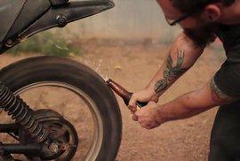Jde to pupkem, motorkou i skateboardem. Sto a jeden způsob jak otevřít pivo