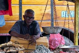Obchodník na Pettahu se připravuje na nový den plný byznysu. Snad.