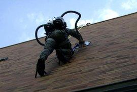 Živý Spiderman používá k lezení po budovách vysavač. Zajímá se o něj armáda