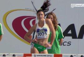 50 odstínů radosti ze života! Krásná běžkyně se rozverně roztančuje – a suverénně vítězí