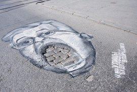 """Vadí vám rozbité silnice? Rusové nacpali díry v asfaltu svým politikům """"do úst"""""""