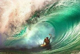 Oceán, vlny a surfování Kellyho fascinují.