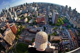 Tenhle fotograf závratí rozhodně netrpí. Ulice Toronta zachycené na prahu jisté smrti