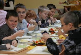 Když se vaří podle tabulek. Co musí splňovat školní jídlo, než se dostane dětem na talíř?
