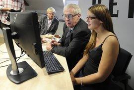 Už mám přes sto tisíc podpisů. Prezidentský kandidát Miloš Zeman odpovídal v on-line…