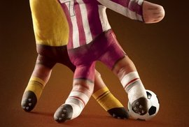 Bezhlaví fotbalisté, místo nohou prsty.
