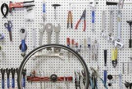 """S rozbitým kolem nemusíte hned do servisu. Průvodce nářadím pro cyklisty, kteří si """"to""""…"""