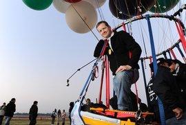 Místo křídel a motoru jen nafukovací balónky. Odvážného letce ponesou tisíce kilometrů