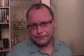 Video pro silné nátury: Opilý člen ČSSD vyznává lásku Paroubkovi, na konci onanuje