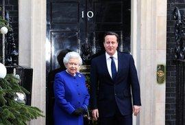 Královna zasedala s vládou. Britové by měli protestovat