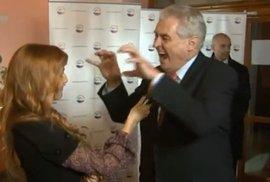 Miloš Zeman se rozjel a vyděsil reportérku imitací aligátora
