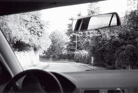 """Pro automobilové fandy dodáváme, že snímky  jsou pořízeny ze starého """"nenápadného"""" moskviče"""