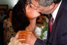 1993: První novomanželské políbení Miloše Zemana a jeho Ivany, rozené Bednarčíkové