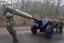 Inaugurace 2103: Vojáci připravují na Petříně dělo, z nějž bude vystřelena salva na počest nového prezidenta