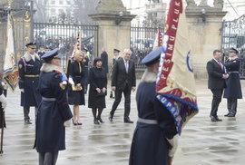 Inaugurace 2013: Miloš Zeman se svou dcerou Kateřinou (vlevo)  a manželkou Ivanou (uprostřed) vchází na hradní nádvoří