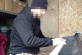 Zážitky z Afghanistánu: Voják hraje na klavír v armádním kontejneru