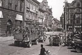 Američtí vojáci před budovou radnice na náměstí Republiky