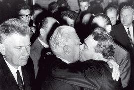 Vpevném objetí Leonida Iljiče: Mám tě – anepustím! (Netýkalo se to však jenom LS ...)