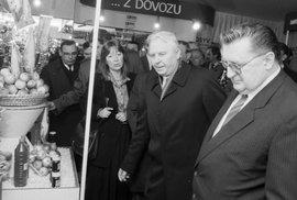 Foto z jara 1989: František Čuba (vpravo) provází po JZD Slušovice člena politického byra a tajemníka ÚV KSSS Jegora Ligačova.