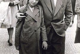 Slavný herec se svou adoptivní dcerou těsně po válce.