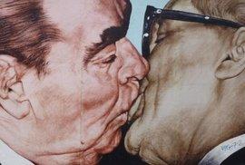 Leonid Iljič Brežněv a Erich Honecker zvěčnění na Berlínské zdi.