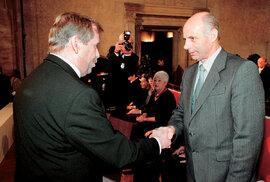 Prezident Václav Havel vyznamenal 28. října 2001 Josefa Hasila  Medailí Za hrdinství