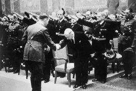 Adol Hitler podává ruku Emilu Háchovi.