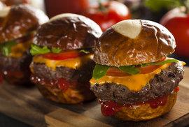 Zamotaná historie slova hamburger. Maso v housce je sice z Hamburku, ale zároveň jde i o šunku