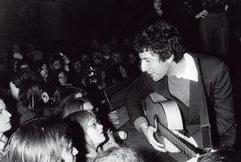 Leonard Cohen nakoncertě vroce 1972, tedy krátce poté, co vydal své dost možná nejlepší album Song of  Love and Hate
